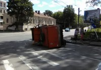 В Смоленске на улице Урицкого опрокинулся мусоровоз