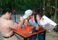 В смоленском парке установили стол для армрестлинга