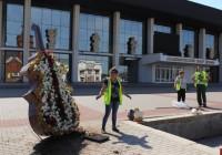 Во Владимире появился контрабас из цветов