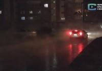 Первое видео с места прорыва теплосети на улице Соколовского