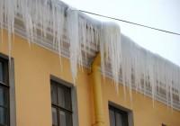 В Смоленске начали очистку крыш от снега и сосулек