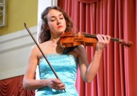 В Смоленске выступит знаменитая скрипачка Ксения Дубровская