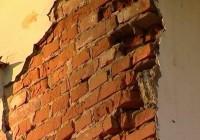 Со стены одного из зданий в Смоленске обрушилась кирпичная кладка