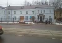 Сильный ветер повалил остановку на улице Фрунзе