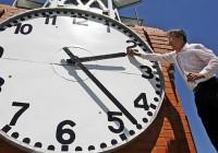 Сегодня в шести регионах России перевели стрелки на час вперед