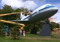 Самолет-памятник на улице Кутузова засиял новыми красками