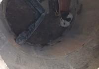 В Смоленске спасают собаку, провалившуюся в открытый люк