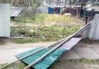 Сорванный ветром строительный забор упал на папу с ребенком в Смоленске