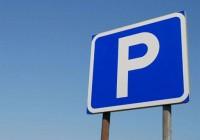 Две машины придавило рекламным щитом на парковке ТРЦ в Смоленске
