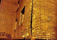 У жилого дома на Трамвайном проезде в Смоленске разваливается фасад
