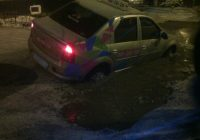 Смоляне вытаскивали такси из огромной ямы в асфальте