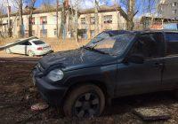 Упавшие дерево и столб раздавили две машины в Смоленске
