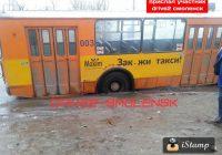 Троллейбус провалился в яму на дороге в Смоленске