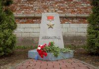 Смоляне несут цветы к стеле Ленинграда в Сквере памяти Героев