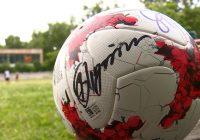 Президент России подписал мяч юным смоленским футболистам