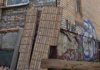В Смоленске с фасада жилого дома продолжает обрушаться кирпичная кладка