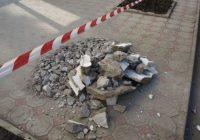 Последствия обрушения лепнины с фасада дома на улице Дзержинского устраняют