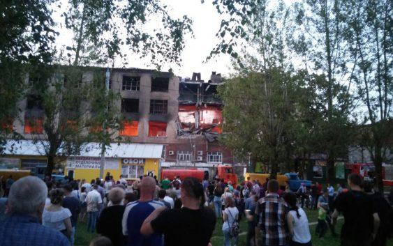 Здание горящей фабрики «Шарм» в Смоленске частично обрушилось