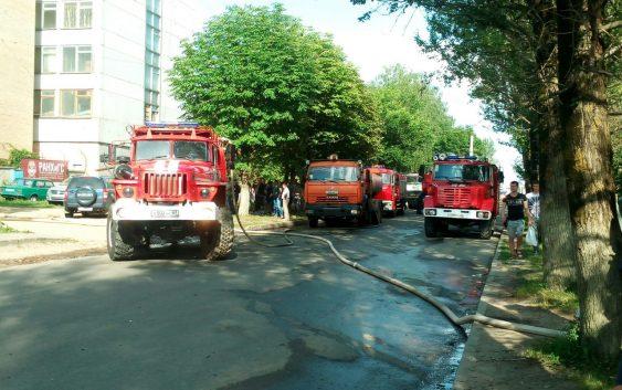 Пожар на фабрике «Шарм» пытаются потушить уже более 4 часов