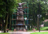 Строительные леса окружили «памятник с орлами»