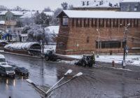 Более 20 единиц техники круглосуточно убирают снег в Смоленске