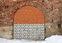 Ситуация «И так сойдёт». Замурованный вход на смоленскую крепостную стену покрасили «в цвет»