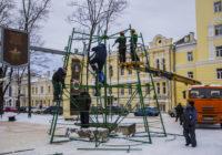 На главной площади Смоленска начали ставить ёлку