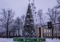 На площади Ленина закончена установка новогодней ёлки