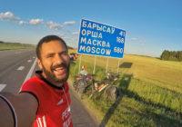 Египтянин едет на велосипеде на чемпионат мира по футболу через Смоленск