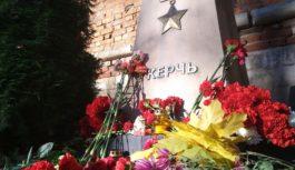 Смоляне несут цветы к стеле «Город-герой Керчь»