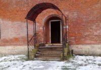 Дверь в одну из башен смоленской крепостной стены была взломана