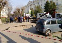 На парковке возле Смоленского государственного университета провалился асфальт