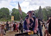 «Шагающий сюртук»: карнавальное шествие в центре Смоленска