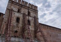 Кто и зачем копает огромные ямы у крепостной стены?