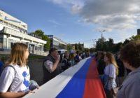 В центре Смоленска развернули 50-метровый Флаг России