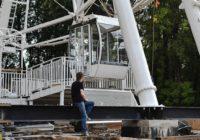 На Колесе обозрения в Смоленске установили первые кабинки